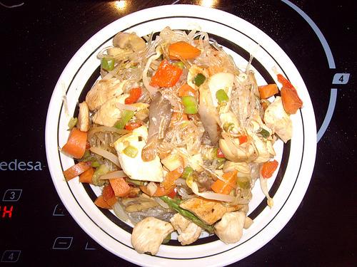 Fideos de soja con verduras salteadas y pollo